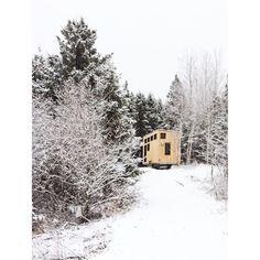 Série samedi matin 1ère neige clients heureux qui t'envoient une photo pour qu'on puisse nous aussi apprécier le spectacle. Photo 2/2.   Nous n'avons rien demandé! #tinyhouse #lesboitesacaresses #tinyhousecanada #tinyhousemovement........... #tinyhousequebec #firstsnow #smallhouse #compactliving #moderndesign #housedesign #houseportrait #woodhouse #allwhite #tinyhouseonwheels #happycustomer #saturdaymorning #homeiswhereyouparkit #tinyliving #tinylife #minimalist #architecture #countryside…