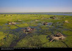 Güney Sudan'da Nil nehri üzerinde bir köy