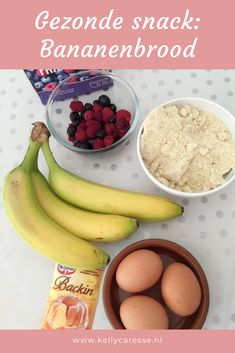 Lekker en gezond recept: bananenbrood met rood fruit. Heerlijk als tussendoortje maar ook lekker in de broodtrommel voor de kinderen mee naar school. #tussendoortje #bananenbrood #meenaarschool