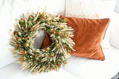 Vorige week deelde ik al een blogje met herfstdecoratie in mijn huis. Maar: ik was nog niet klaar! Ik heb de smaak met herfstdecoreren echt te pakken en ben nog eventjes door gegaan. In dit blogje laat ik je zien hoe ik een herfstkrans heb gemaakt met droogbloemen (met handig stappenplan, zodat je er zelfLees meer Boho Fashion, Diys, Christmas Wreaths, Colours, Holiday Decor, Fall, Crafts, Inspiration, Diy Krans