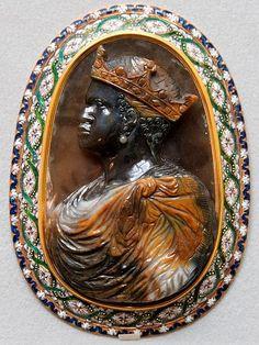 Camée de la 2 eme moitié du XVI eme, en agate. Buste de profil, à gauche, imberbe avec des pendants d'oreilles, la tête ceinte d'une couronne royale, la poitrine et les épaules couvertes d'un ample manteau noué sur l'épaule gauche. La monture est du 17 eme siècle, il était dans la collection du cabinet du Roi Louis XIV
