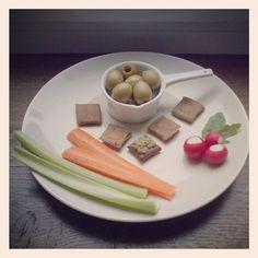 W oczekiwaniu na kolację.. :) zdrowe przekąski. Waiting for dinner.. :) healthy appetizer. #zdrowe #przekąski #warzywa #oliwki #rzodkiewki #seler #bezglutenowe i #bezmleczne #krakersy z #pesto bez sera :) #jedzenie #healthy #appetizer #vegetables #olives #radishes #celery #glutenfree & #dairyfree #crackers with pesto without cheese :) #food #instafood #olgalifestyle