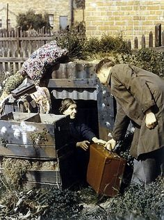 Wartime Britain in Colour - Anderson shelter, 1940 London History, British History, World History, World War Ii, Photos Du, Old Photos, Anderson Shelter, Bomb Shelter, The Blitz