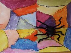 Hämähäkki verkossaan. Hämähäkki pullovärillä maalatusta massapallosta ja piipunrasseista.