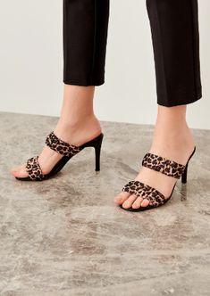 Leopar deseni ile siyah kombininizi vurgulayın! Kitten Heels, Sandals, Shoes, Fashion, Shoes Sandals, Zapatos, Moda, Shoes Outlet, La Mode