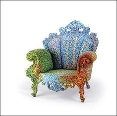 이탈리아의 멤피스그룹 멤버였던 알렉산드로 멘디니의 proust chair라는 작품으로, 진짜 앉으면 프루스트가 말하는 초자아를 느낄 듯한 느낌입니다. 이목을 사로잡는 화려함이 인상적입니다.