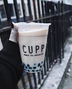 In need of bubble tea right now Fun Drinks, Yummy Drinks, Beverages, Bubble Boba, Bubble Tea Supplies, Boba Drink, Bubble Milk Tea, Tumblr Food, Beverage Packaging
