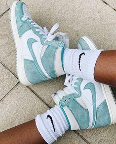 all luv for nike Best Sneakers, Sneakers Fashion, Shoes Sneakers, Sneakers Style, Jordan Sneakers, High Top Sneakers, Jordan Shoes Girls, Baskets, Aesthetic Shoes