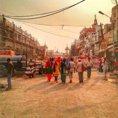Entramos a India caminando, con las mochilas cargadas a la espalda y la sonrisa dibujada en las caras. El cambio de realidad entre la tranquila y respetuosa sociedad nepalesa y la excitada y atolondrada vida en la India fue brusco. El ruido, las obras en construcción, el desorden y los olores, todo eso fue India […]