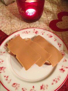 Hvetebrød med rosiner,smør og brunost Food Styling, Dairy, Cheese