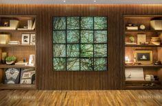 Peças bonitas e escolhidas a dedo para a decoração precisam ser valorizadas, não é mesmo? Uma solução para destacar os objetos é a iluminação integrada ao projeto de arquitetura, como nessa sala, em que as prateleiras ganham profundidade e realce com pontos de luz estrategicamente posicionados. A luz que vem da junção do teto e da parede arremata com precisão ao rústico. Ambiente: Francisca Reis #lalampe #iluminação #design #arquitetura
