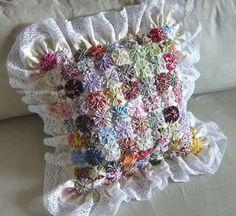 Fuxico artesanal é a composição de várias trouxas de tecidos elaborando flores, como resultado, interessante não é mesmo? Fabric Decor, Fabric Crafts, Sewing Crafts, Diy Arts And Crafts, Handmade Crafts, Diy Crafts, Quilting Projects, Sewing Projects, Quilt Patterns