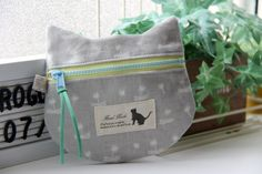 【レシピ】ねこの形のぺたんこポーチ H197-066 : うねうねごろごろ Powered by ライブドアブログ Pouch Bag, Pouches, Handmade Bags, Fashion Bags, Diaper Bag, Diy And Crafts, Lunch Box, Kawaii, Sewing