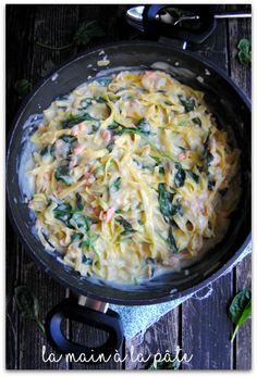 Tagliatelles aux épinards et saumon fumé, le tout cuit ensemble en seulement 15 minutes de cuisson.