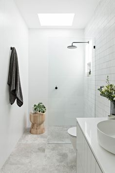 Bathroom tips, bathroom renovation, master bathroom decor and master bathroom organization! From claw-foot tubs to shiny fixtures, they are the master bathroom that inspire me probably the most. Minimal Bathroom, Modern Bathroom Design, Bathroom Interior Design, Bathroom Designs, Modern Bathrooms, Simple Bathroom, Small Bathroom With Window, Bathroom Ideas White, Small White Bathrooms