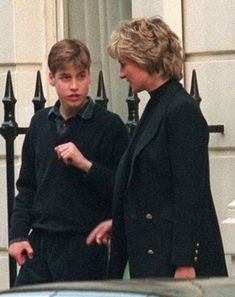 Still teaching tall boy the ropes?: Diana, Princess of Wales, with her son, Prince William, Lady Diana Spencer, Diana Son, Royal Princess, Princess Charlotte, Princess Of Wales, Charles And Diana, Prince William And Kate, Princesa Diana, Princess Diana Brother