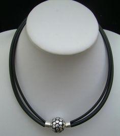 Dobbelt gummikæde med stor håndlavet keramik perle. Lukket med magnetlås. Længde 44 cm