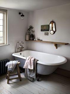 Awesome Cottage Bathroom Design Ideas - Home Design - lmolnar - Best Design and Decoration You Need Retro Home Decor, Interior, Home, House Interior, French Country Bathroom, Cottage Bathroom, Bathroom Design, Beautiful Bathrooms, Cottage Bathroom Design Ideas
