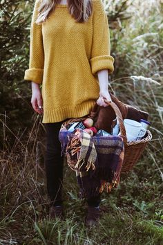 Autumn sweater weather and a picnic. Sweater Weather, Mode Style, Style Me, Fall Picnic, Summer Picnic, Picnic Menu, Country Picnic, Picnic Style, Moda Crochet