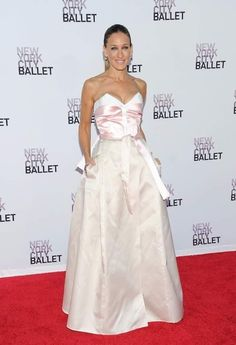 Sarah Jessica Parker in Prabal Gurung, and Olivier Theyskiens and Fred Leighton jewels at the 2013 NYC Ballet Gala. Love Her Style, Looks Style, Carrie Bradshaw Estilo, Sarah Jessica Parker Lovely, Carrie And Big, City Ballet, Red Carpet Gowns, Glamour, Silk Gown