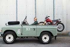 Land Rover series with Honda xr in the back living in style awesome Land Rover Serie 3, Land Rover Defender, Defender 110, Jeep Willys, Jeep Xj, Jeep Rubicon, Jeep Wranglers, Land Rovers, Honda Xl 125
