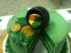 st. patrick's chandelier   st patrick s day cake from gambino s bakery