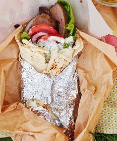 Gyros on kreikkailainen pitarulla, joka kätkee sisäänsä lihaa, kasviksia ja herkullista fetakastiketta.