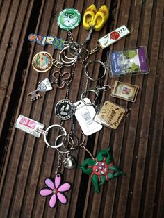A TB sent out with the mission to collect keyrings and other trinkets. Geocaching Containers, Swag Ideas, Origami, Girl Scouts, Summer Fun, Diy Projects, Diy Crafts, Travel Bugs, Adventurer