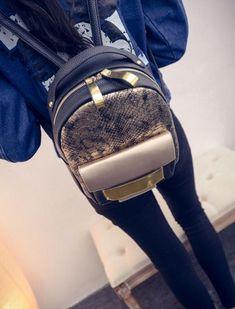 Le Gold Python est un petit sac à dos ultra-glamour avec un recouvrement extérieur en peau de serpent et d'accents plaqués or. Impossible de passer inaperçu avec ce sac de hors du commun. Ce sac à dos a une bonne capacité de rangement, y compris une poche intérieure. Adoptez un style des plus glamour avec le Gold Python ! Python, Back Bag, Style Retro, High Fashion, Womens Fashion, Small Backpack, Types Of Fashion Styles, School Bags, Snake Skin