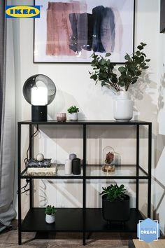 Dieses Wohnzimmer erstrahlt in neuem Glanz und spiegelt die eigene Persönlichkeit wieder. 🙏🏻😌 Du willst mehr über die Designerin und dieses Zimmer wissen?👇🏻 Ikea Design, Home Decor Inspiration, Shelving, Designer, Modern, Bedroom Ideas, Family Room, Budget, Consoles