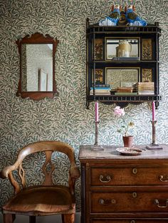 Eclectic mix of Victoian and Georgian antiques against William Morris wallpaper (Ben Pentreath interiors) Morris Wallpapers, Interior, William Morris Wallpaper, Georgian Homes, Home Remodeling, Home Decor, House Interior, English Decor, Home Interior Design