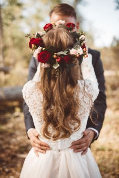 41 Whimsical Flower Crown Ideas for Your Wedding Hairstyle Romantic Flower Crown Flower Crown Veil, Rose Crown, Flower Crown Hairstyle, Crown Hairstyles, Bride Hairstyles, Bride Flower Crowns, Bride With Flower Crown, Hairstyle Ideas, Wedding Crowns