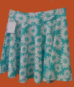 Falda corta de vuelo de cintura alta. Precio 13,50€
