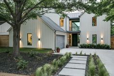92+ Amazing American Farmhouse Exterior Landscaping Design #farmhouse #exterior #landscapedesign