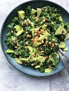 Grønkålssalat vendt i avocadocreme - Julie Bruun - danny denmark Easy Salad Recipes, Easy Salads, Healthy Recipes, Crab Stuffed Avocado, Waldorf Salat, Light Summer Dinners, Cottage Cheese Salad, Salad Dishes, Dinner Salads