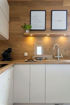 Drewniana ściana w kuchni pięknie komponuje się z dominującą bielą. Gładkie fronty szafek podkreślają prostotę stylu... Kitchen Room Design, Kitchen Interior, Kitchen Decor, Dream Home Design, House Design, Refacing Kitchen Cabinets, Functional Kitchen, Kitchen Remodel, Sweet Home