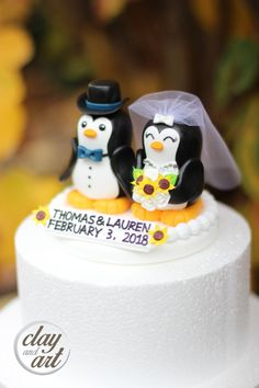 A cute penguin couple wedding cake topper. This is handmade craft and durable keepsake of special day such as wedding gift or any anniversary for a lovely couple.  This topper is made with very light weight non toxic clean air dry clay. It last a life time long.  Approx. Size 4.5 W x 4.5 H inches  -------------------------------------------------------------------------------------------------------------------------- - Custom order will take 2-3 weeks to be finished. If you need a rush…