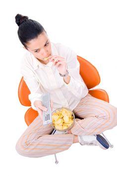 Imagen libre de derechos: young woman watching TV