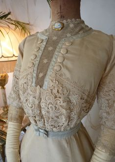 Edwardian afternoon Dress, ca. 1912. Details: net lace, buttons, cameo. All kind of beautiful embellishments/ decorations <3