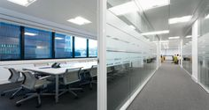 Zona de circulação nos escritórios da GFI em Lisboa, Portugal