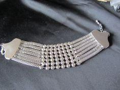 Een mooie armband die uitstekend past bij de gevlochten ketting