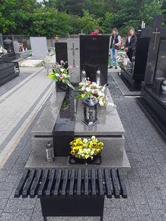 Nagrobki pojedyncze nowoczesne - KAMIENIARSTWO Czesław Sójka Cemetery Headstones, Funeral, Projects To Try, Sidewalk, Table Decorations, Grave Decorations, Famous Graves, Outfit, Walkways