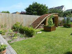 cabane-bois-toit-vegetal Garden Structures, Outdoor Structures, Small Back Gardens, Backyard Ideas For Small Yards, Garden Nursery, Natural Building, Garden Gates, Garden Bridge, Dream Garden