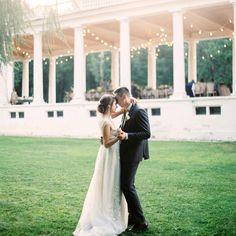 """""""В конце концов, между двумя людьми нет ничего важнее, кроме желания быть вместе. Отдавать друг другу всё, что есть, всё, что осталось."""" - Эльчин Сафарли ______________________ На фоне прекрасной пары #гирляндаФранклин с белым проводом💡 Организатор - @mrsmaxim.wedbureau Фото - @maxkoliberdin #ретрогирлянда #свадебныйдекор"""