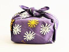 L'emballage Furoshiki de Bento & co - Furoshiki - Bento Ideas Japanese Party, Japanese Gifts, Japanese Outfits, Japanese Textiles, Japanese Fabric, Japanese Colors, Japanese Style, Japanese Design, Traditional Japanese