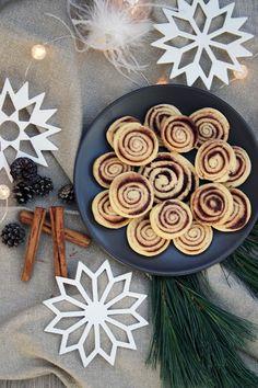 Zimtschnecken-Plätzchen Christmas Baking, Baking Recipes, Decorative Plates, Sweets, Vegan, Cookies, Desserts, Food, Muffins