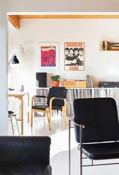 60-luvun kerrostaloko tylsä? Jaanan sisustusunelmat toteutuivat designkodissa - Deko Office Desk, Living Room, Furniture, Home Decor, Deco, Desk Office, Decoration Home, Desk, Room Decor