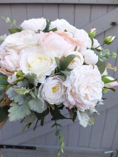 Natürliche Seide Hochzeit Bouquet mit einer Mischung aus erröten rosa, weiß und Elfenbein Blumen und grün. Blüten enthalten sind künstliche Rosen, Garten Stil Rosen, Ranunkeln, Pfingstrosen und gemischte grün einschließlich Eukalyptus. Dieser Strauß ist erhältlich in 3 ungefähre