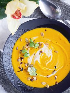 Delicious and creamy carrot soup, with chili, ginger and coconut milk. Creamy Carrot Soup, Gourmet Recipes, Healthy Recipes, Garden Cakes, Almond Cream, Chocolate Mugs, Easy Cooking, Food Print, Blueberry