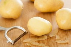 Did you know that a raw potato can provide natural benefits for your skin? From fighting signs of aging to acne, the raw potato does it all. Potato Diet, Raw Potato, Potato Juice For Skin, Benefits Of Potatoes, Vitamin C And Zinc, Hips Dips, Food Shows, Special Recipes, Yummy Snacks